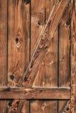 Παλαιά αγροτική πόρτα σιταποθηκών ξύλου πεύκων - λεπτομέρεια Στοκ Φωτογραφία