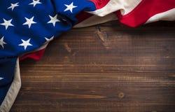 Παλαιά αμερικανική σημαία στο ξύλινο υπόβαθρο σανίδων Στοκ Φωτογραφία
