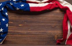 Παλαιά αμερικανική σημαία στο ξύλινο υπόβαθρο σανίδων Στοκ φωτογραφία με δικαίωμα ελεύθερης χρήσης