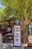 Παλαιά αντλία βενζίνης Hackberry στο γενικό κατάστημα Στοκ εικόνα με δικαίωμα ελεύθερης χρήσης