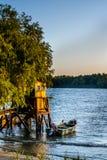 Παλαιά αποβάθρα και η βάρκα στη λίμνη Αγροτικό τοπίο με ξύλινο Στοκ Φωτογραφία