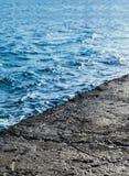 παλαιά αποβάθρα πετρών πέρα από το νερό, κινηματογράφηση σε πρώτο πλάνο Στοκ φωτογραφία με δικαίωμα ελεύθερης χρήσης