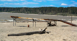 Παλαιά αποβάθρα στην παραλία Στοκ Εικόνες