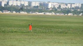 Παλαιά απογείωση αεροπλάνων Το αθλητικό αεροπλάνο με τους γύρους προωστήρων πέρα από τον τομέα της πράσινης χλόης στον αερολιμένα φιλμ μικρού μήκους