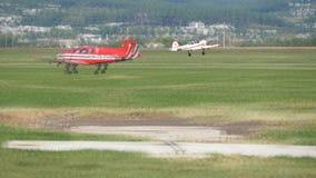 Παλαιά απογείωση αεροπλάνων Το αθλητικό αεροπλάνο με τους γύρους προωστήρων πέρα από τον τομέα της πράσινης χλόης στον αερολιμένα απόθεμα βίντεο