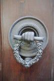 Παλαιά αρχαία ρόπτρα πορτών στην ξύλινη πόρτα Στοκ εικόνα με δικαίωμα ελεύθερης χρήσης