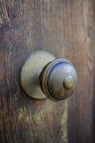 Παλαιά αρχαία ρόπτρα πορτών στην ξύλινη πόρτα Στοκ φωτογραφία με δικαίωμα ελεύθερης χρήσης