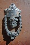 Παλαιά αρχαία ρόπτρα πορτών στην ξύλινη πόρτα Στοκ φωτογραφίες με δικαίωμα ελεύθερης χρήσης