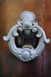 Παλαιά αρχαία ρόπτρα πορτών στην ξύλινη πόρτα Στοκ Φωτογραφίες