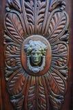 Παλαιά αρχαία ρόπτρα πορτών στην ξύλινη πόρτα Στοκ Εικόνες