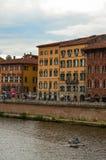 Παλαιά αρχιτεκτονική και ποταμός Arno, Πίζα, Ιταλία Στοκ εικόνα με δικαίωμα ελεύθερης χρήσης