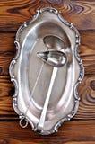 Παλαιά ασημένια μαχαιροπήρουνα σε έναν ξύλινο πίνακα κουτάλες για τα κονσερβοποιημένα φρούτα και λαχανικά Στοκ εικόνα με δικαίωμα ελεύθερης χρήσης