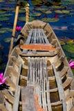 Παλαιά δασώδης βάρκα στον τομέα ή τον κήπο Beautyful λωτού ανθών Στοκ φωτογραφία με δικαίωμα ελεύθερης χρήσης