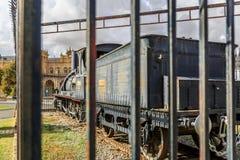 Παλαιά ατμομηχανή ενός εκλεκτής ποιότητας τραίνου δίπλα σε έναν σταθμό Στοκ Εικόνες