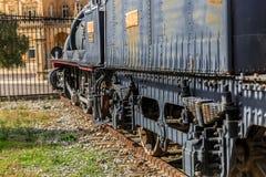 Παλαιά ατμομηχανή που σταθμεύουν κοντά σε έναν σταθμό τρένου Στοκ Εικόνα