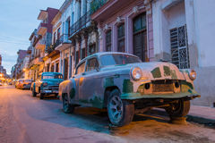 Παλαιά αυτοκίνητα στην παλαιά οδό της Αβάνας Στοκ εικόνες με δικαίωμα ελεύθερης χρήσης