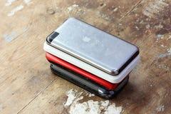 Παλαιά αφή μήλων ipod με άλλα κινητά τηλέφωνα Στοκ φωτογραφία με δικαίωμα ελεύθερης χρήσης