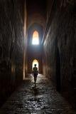 Παλαιά αψίδα στον αρχαίο ναό στο ηλιοβασίλεμα στην Ινδία Στοκ Εικόνες