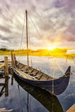 Παλαιά βάρκα Βίκινγκ στη Δανία στο ηλιοβασίλεμα Στοκ εικόνες με δικαίωμα ελεύθερης χρήσης