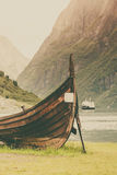 Παλαιά βάρκα και πορθμείο Βίκινγκ στο νορβηγικό φιορδ Στοκ εικόνες με δικαίωμα ελεύθερης χρήσης
