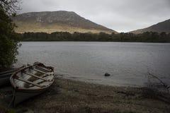 Παλαιά βάρκα κοντά στο αβαείο Ιρλανδία Kylemore Στοκ εικόνα με δικαίωμα ελεύθερης χρήσης