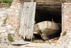 Παλαιά βάρκα σε ένα boathouse στην Ελλάδα Στοκ Φωτογραφία