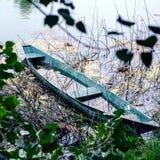 Παλαιά βάρκα στην ακτή Στοκ Εικόνα