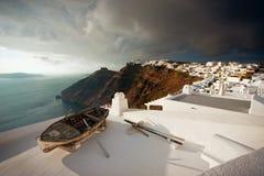 Παλαιά βάρκα στη στέγη, Santorini Στοκ εικόνα με δικαίωμα ελεύθερης χρήσης