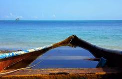 Παλαιά βάρκα στον ωκεανό Στοκ εικόνα με δικαίωμα ελεύθερης χρήσης
