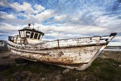 Παλαιά βάρκα στο ναυπηγείο παλιοπραγμάτων Στοκ Εικόνες