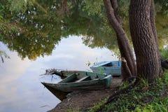 Παλαιά βάρκα δύο στον ποταμό Στοκ φωτογραφία με δικαίωμα ελεύθερης χρήσης