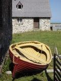 Παλαιά βάρκα Louisbourg φρουρίων και κτήριο πετρών στοκ φωτογραφία με δικαίωμα ελεύθερης χρήσης