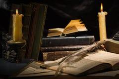 Παλαιά βιβλία και κεριά στον ξύλινο πίνακα Στοκ φωτογραφίες με δικαίωμα ελεύθερης χρήσης