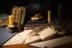 Παλαιά βιβλία και κεριά στον ξύλινο πίνακα Στοκ Εικόνα
