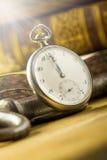 Παλαιά βιβλία και παλαιά ρολόγια Στοκ Εικόνες
