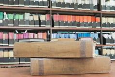 Παλαιά βιβλία και περιοδικά στη βιβλιοθήκη στοκ φωτογραφίες με δικαίωμα ελεύθερης χρήσης