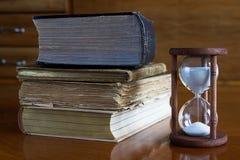 Παλαιά βιβλία με την κλεψύδρα Στοκ Εικόνες