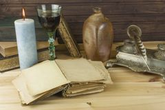 Παλαιά βιβλία που διαβάζουν Μελέτη των παλαιών λεξικών Στοκ εικόνες με δικαίωμα ελεύθερης χρήσης
