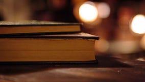 Παλαιά βιβλία στη βιβλιοθήκη Στοκ φωτογραφίες με δικαίωμα ελεύθερης χρήσης
