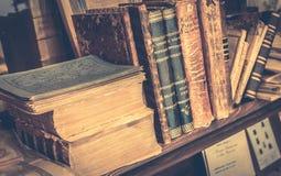 Παλαιά βιβλία στο antiquarian βιβλιοπωλείο Στοκ φωτογραφίες με δικαίωμα ελεύθερης χρήσης