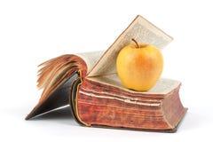 Παλαιά βιβλίο και μήλο Στοκ εικόνα με δικαίωμα ελεύθερης χρήσης