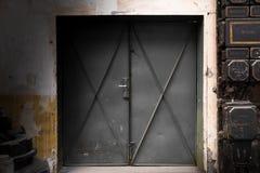 Παλαιά βιομηχανική πύλη μετάλλων Στοκ φωτογραφία με δικαίωμα ελεύθερης χρήσης