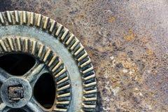 Παλαιά βιομηχανική ρόδα εργαλείων στο σκουριασμένο κλίμα μετάλλων στοκ εικόνες με δικαίωμα ελεύθερης χρήσης