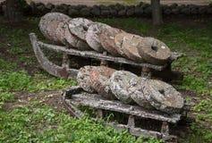 Παλαιά βρύο-καλυμμένα millstones πετρών Στοκ Εικόνες
