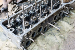 Παλαιά βρώμικη μηχανή αυτοκινήτων στοκ φωτογραφία με δικαίωμα ελεύθερης χρήσης