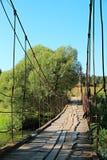 Παλαιά γέφυρα αναστολής πέρα από τον ποταμό Στοκ Εικόνα