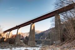 Παλαιά γέφυρα πέρα από το ρεύμα βουνών Στοκ εικόνα με δικαίωμα ελεύθερης χρήσης