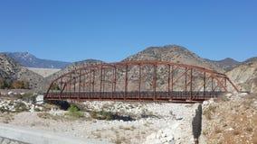 Παλαιά γέφυρα που χρησιμοποιείται πια στην ορεινή περιοχή Καλιφόρνια Στοκ εικόνες με δικαίωμα ελεύθερης χρήσης