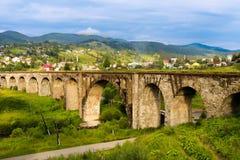 Παλαιά γέφυρα σιδηροδρόμων, παλαιά οδογέφυρα Vorohta, Ουκρανία Καρπάθια βουνά, άγριο τοπίο Ουκρανία, Vorohta βουνών Στοκ Εικόνα