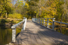 Παλαιά γέφυρα στο πάρκο φθινοπώρου Στοκ φωτογραφίες με δικαίωμα ελεύθερης χρήσης